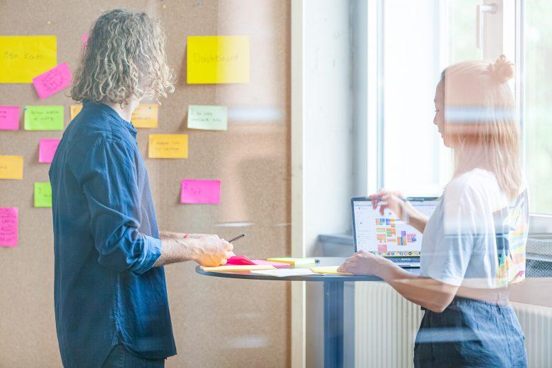 Zwei Forscher während eines Workshops.