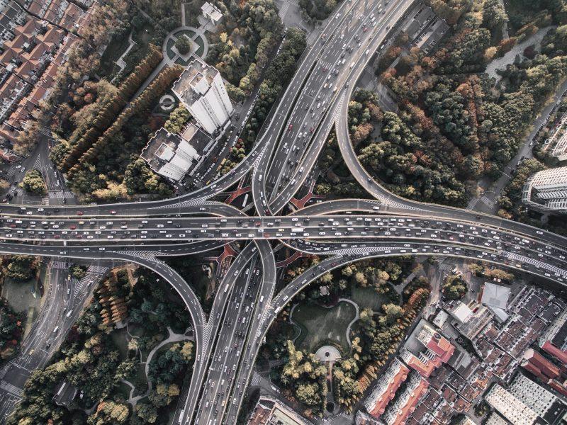 Luftaufnahme eines großen Autobahnkreuzes.